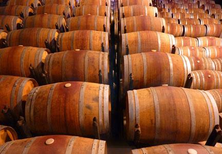 Por que é que o vinho e destilados envelhecem em barris de carvalho?